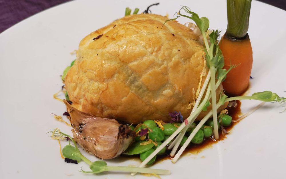 Pigeon en croute, feuilleté épinards et foie gras