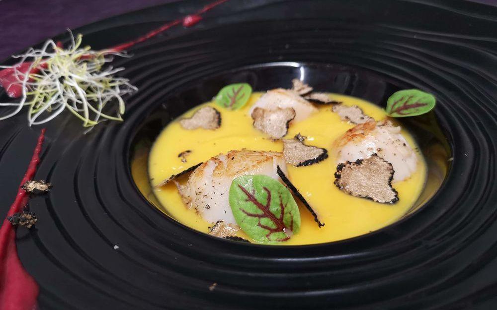 Velouté de courge butternut, Saint-Jacques snackés et truffe
